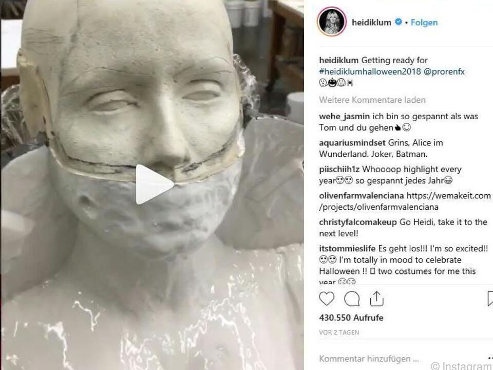 Zu sehen ist eine Büste mit einer weiß modellierten Gesichtsmaske