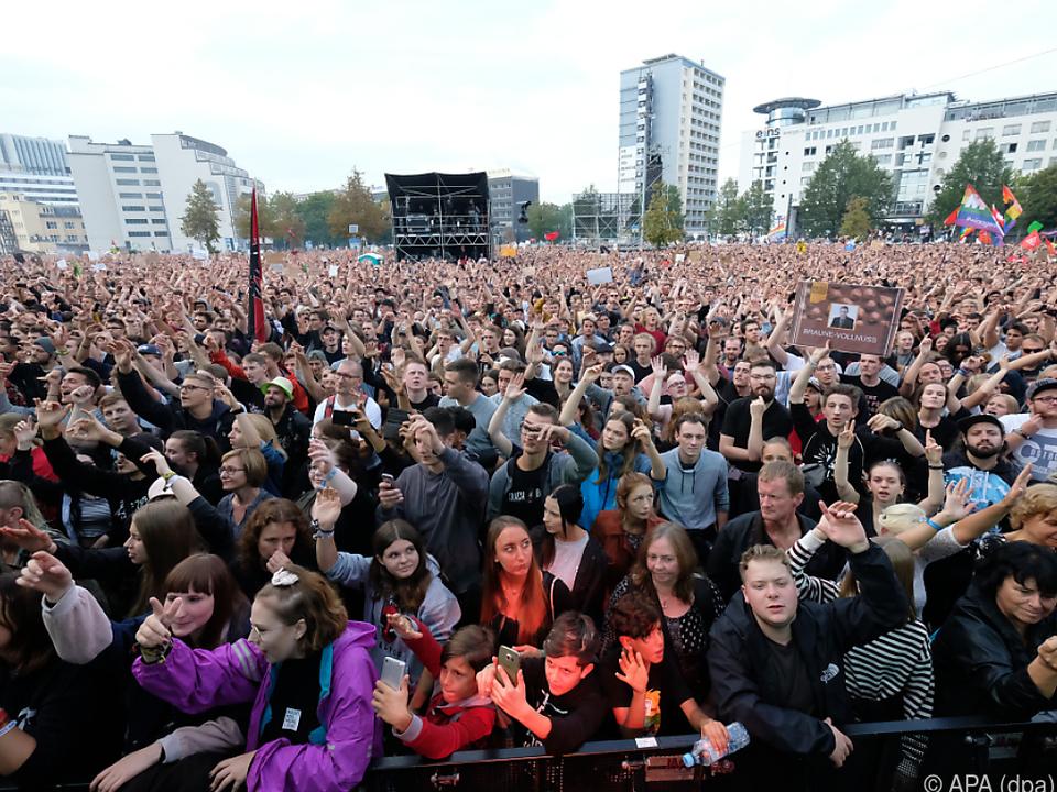 Zuschauer beim Open-Air-Konzert unter dem Motto #wirsindmehr