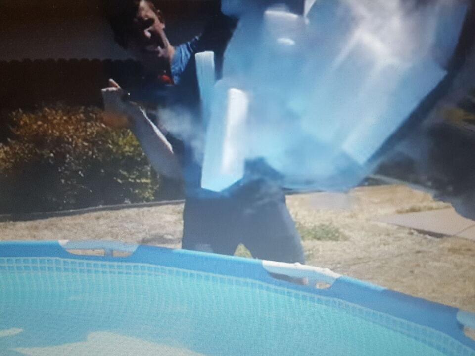 Trockeneis in Swimmingpool leeren