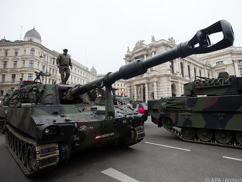 Das Heer präsentiert auch seine Fahrzeuge