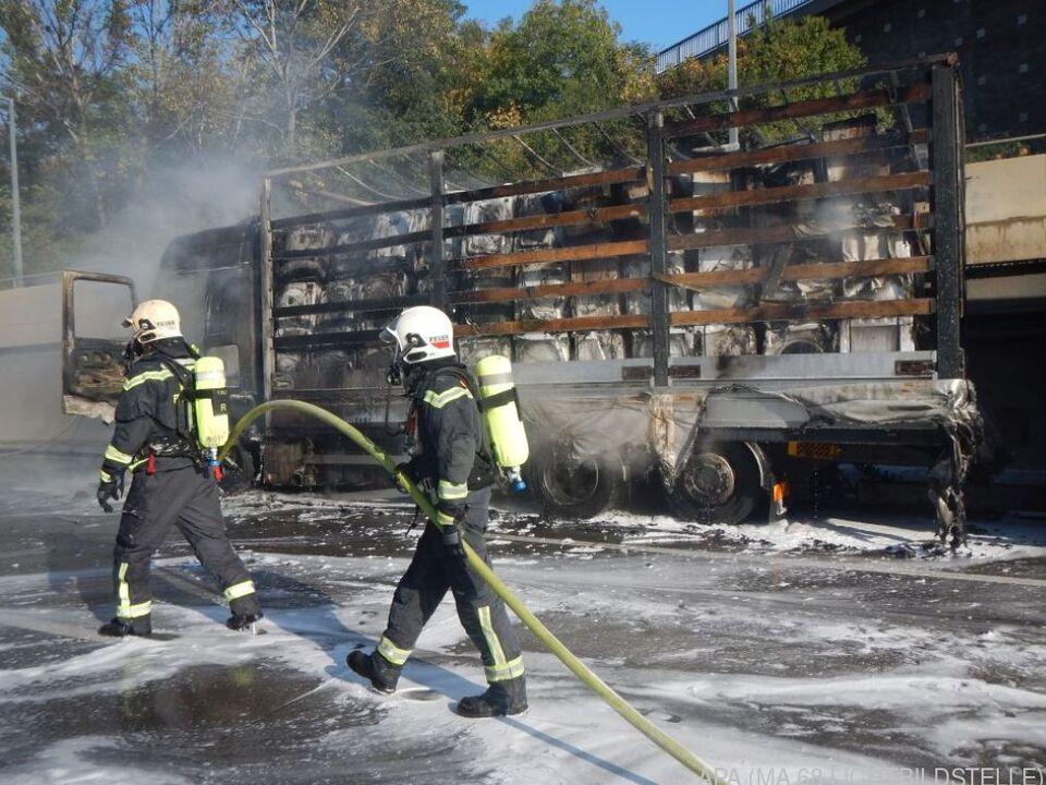 Der Lkw ging aus bisher ungeklärter Ursache in Flammen auf
