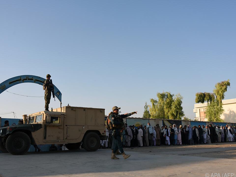 Die Wähler werden von Soldaten beschützt