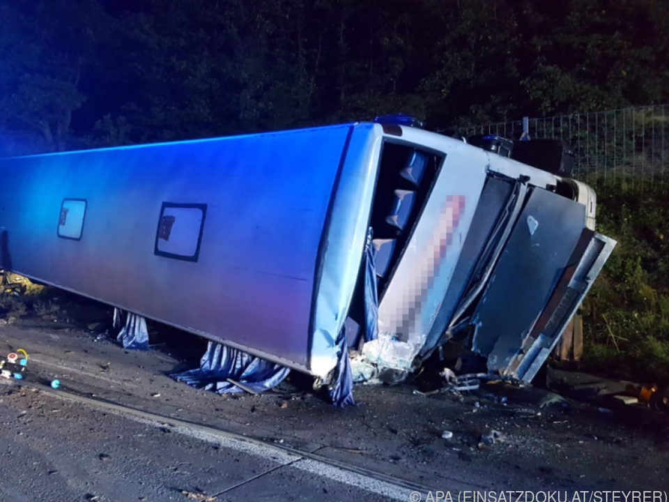 Drei Personen wurden bei dem Unfall schwer verletzt