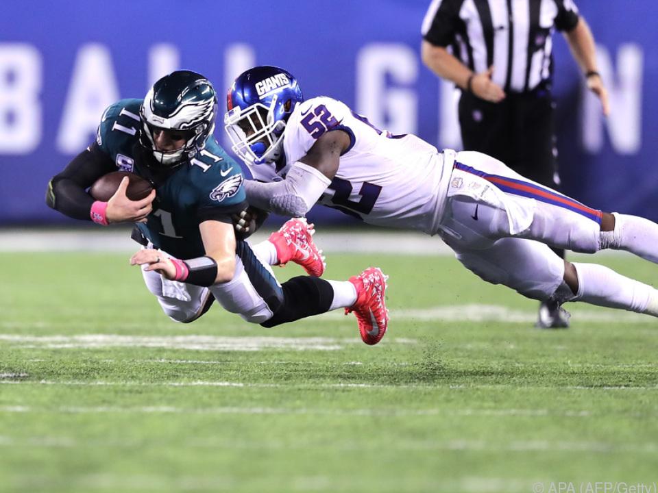 Eagles-Quarterback Carson Wentz (l.) sorgt für Raumgewinn