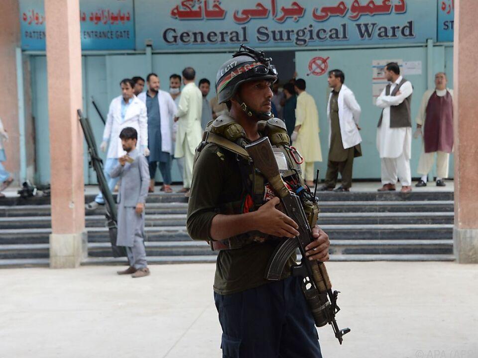 Ein afghanischer Polizist überwachte den Abtransport von Verletzten