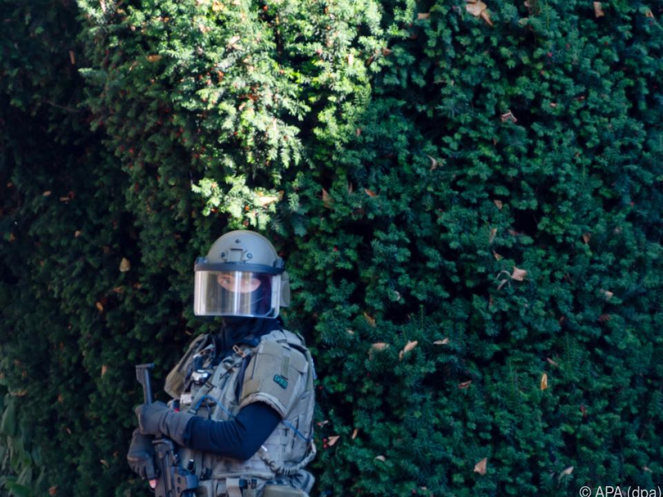 Ein Mitglied einer Spezialeinheit sichert die Gegend