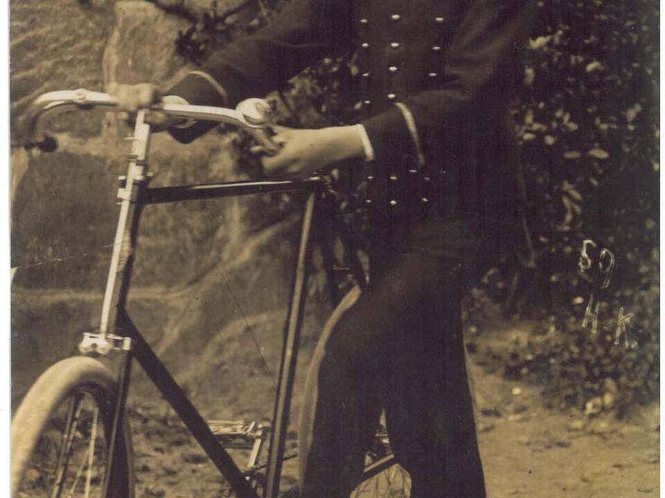 Josef Schlechtleitner als Liftboy im Hotel Austria in Gries, um 1904