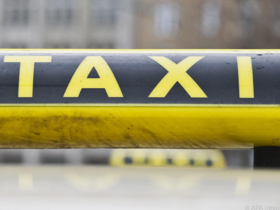 Mit vereinten Kräften wurde das Taxi angehoben