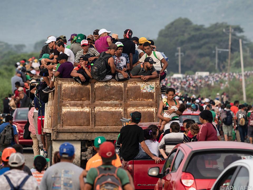 Nach einer Polizeisperre ziehen tausende Migranten nun weiter