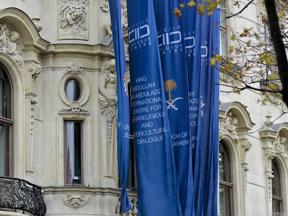 NEOS verlangen ein deutliches Zeichen von Außenministerin Kneissl