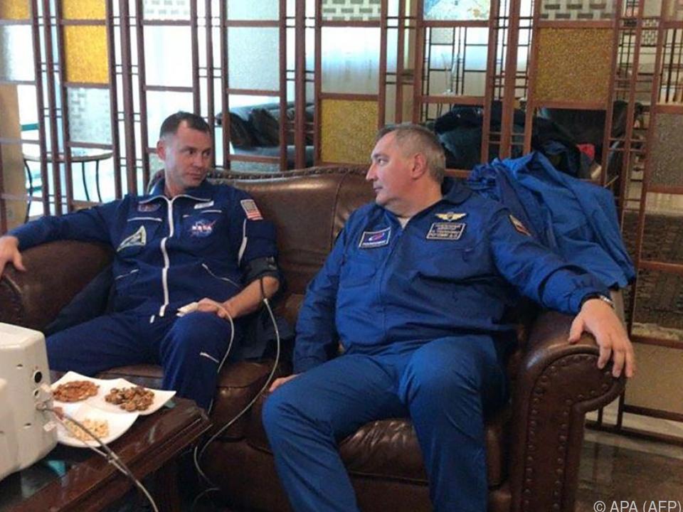 Nick Hague und Alexej Owtschinin nach Notlandung bei Untersuchung