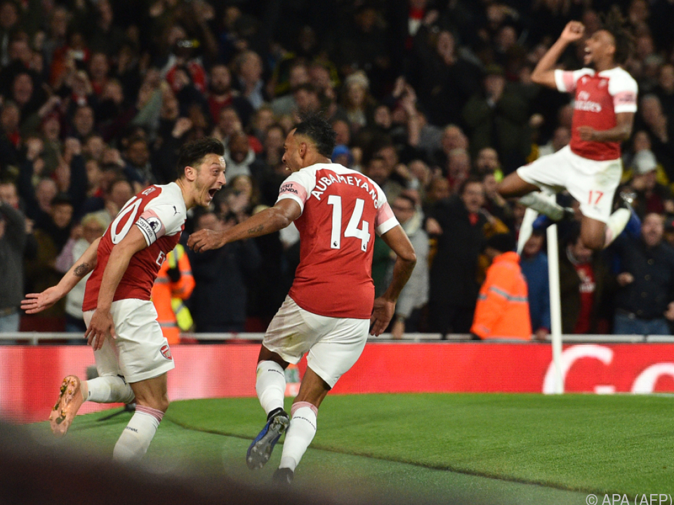 Özil, Aubameyang und Iwobi feiern Aubameyangs zweiten Treffer