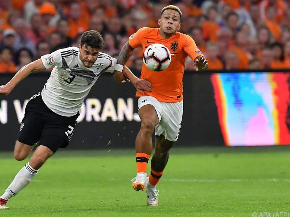 Oranje-Wirbler Memphis Depay (r.) im Zweikampf gegen Jonas Hector
