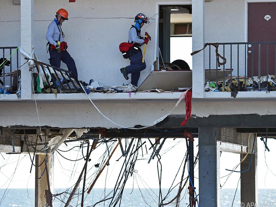 Rettungskräfte durchsuchen Wohnungen nach Opfern