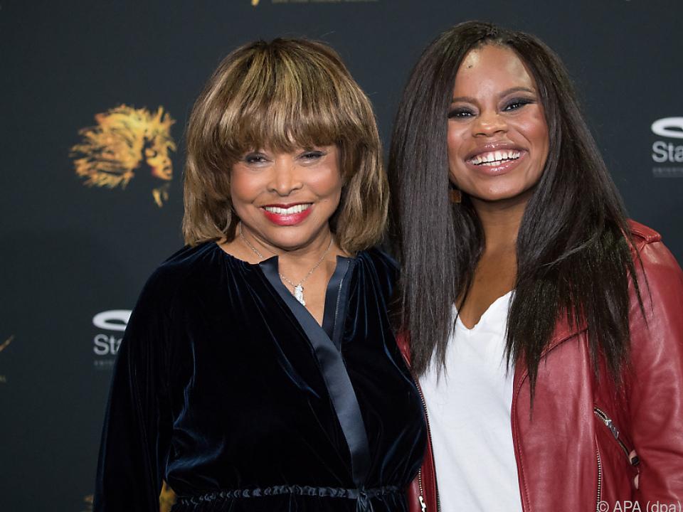 Tina Turner links neben ihrem \