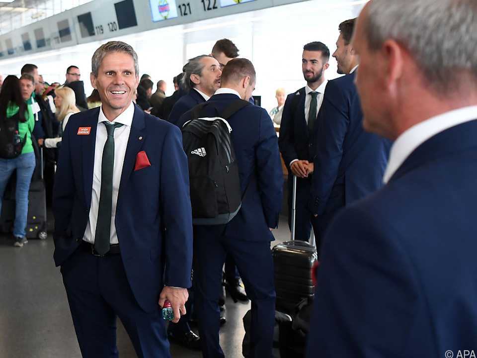 Trainer Kühbauer am Flughafen Schwechat