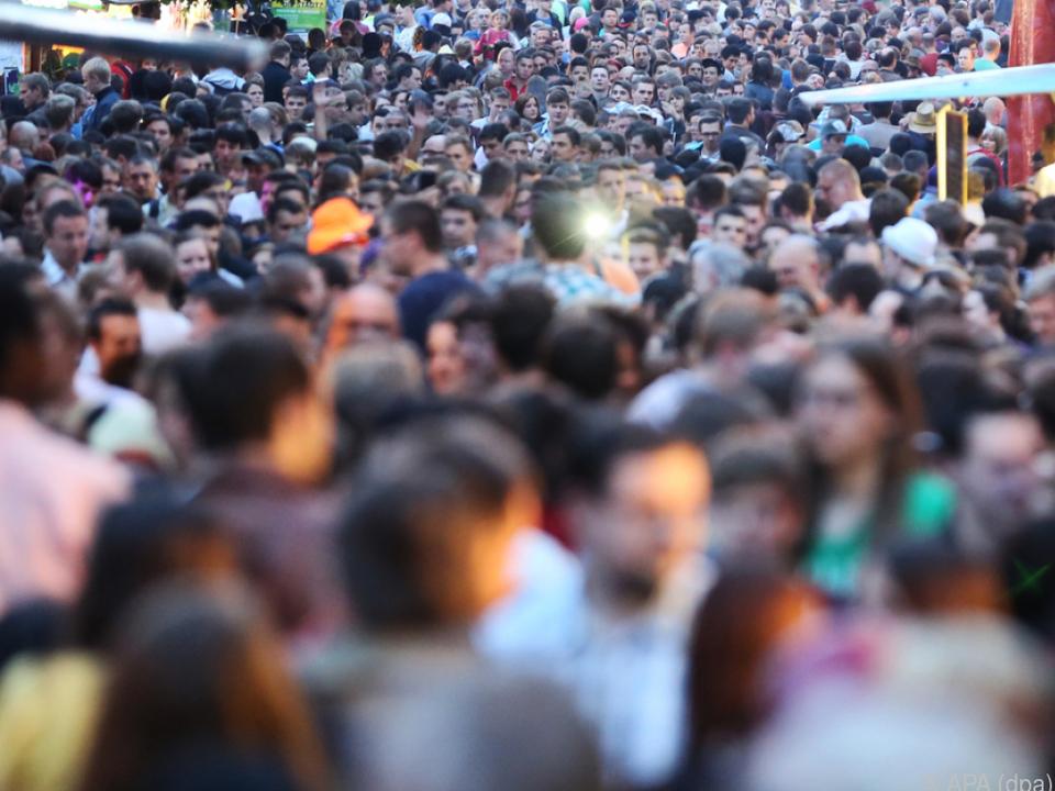 Viele Bundesbürger wünschen sich eine höhere Lebensqualität zoom menschen statistik rush hour