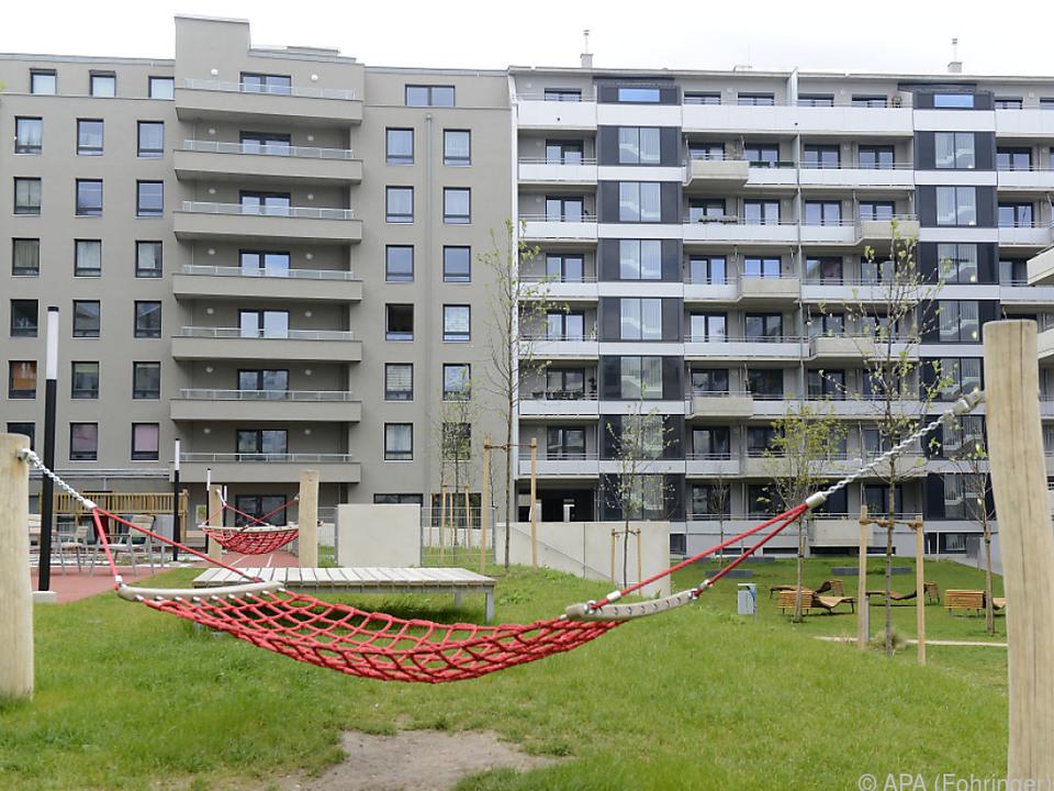 Viele suchen sich wegen hoher Wohnkosten eine neue Bleibe