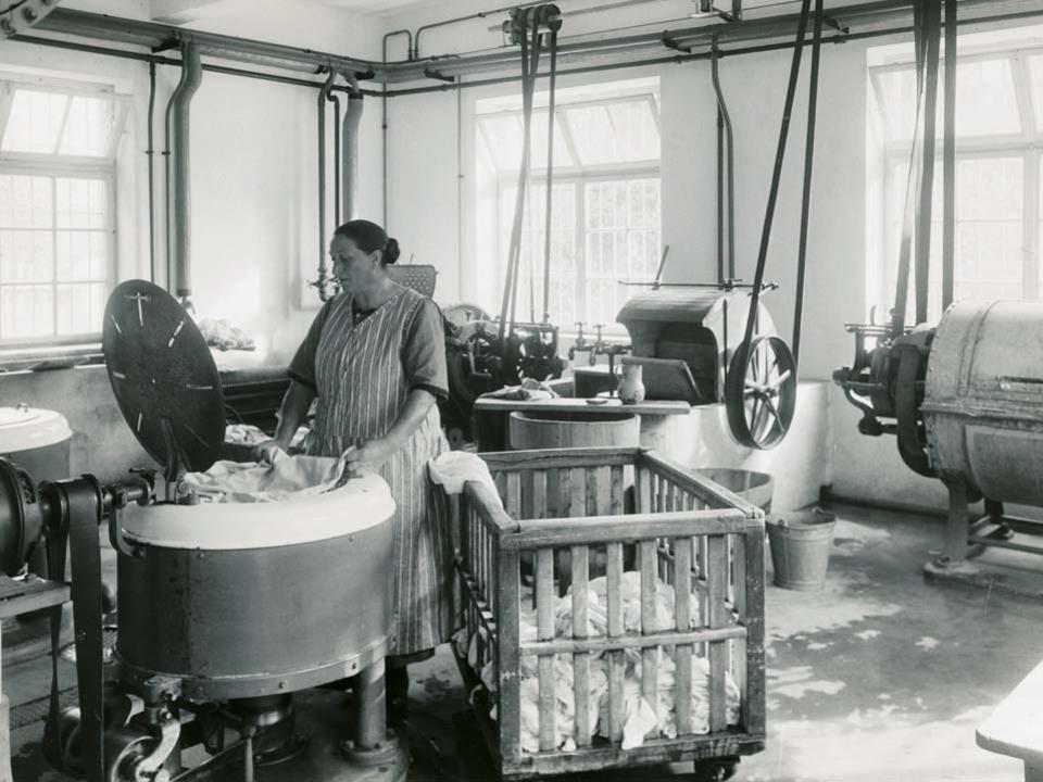 Wäscherin in Waschküche, Grand Hotel Emma, Meran, 1920er-Jahre