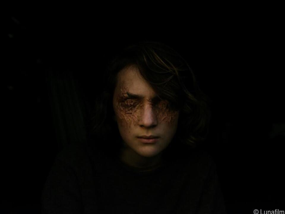 Zombiemädchen rettet Jugendlichen