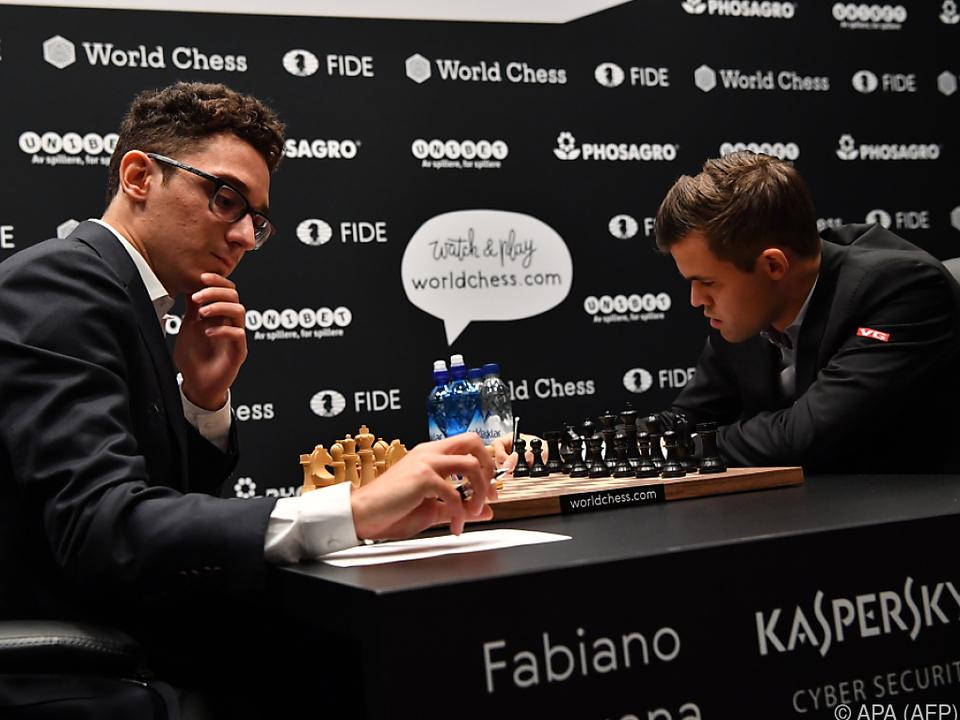 Carlsen (r.) und Caruana halten sich gegenseitig in Schach