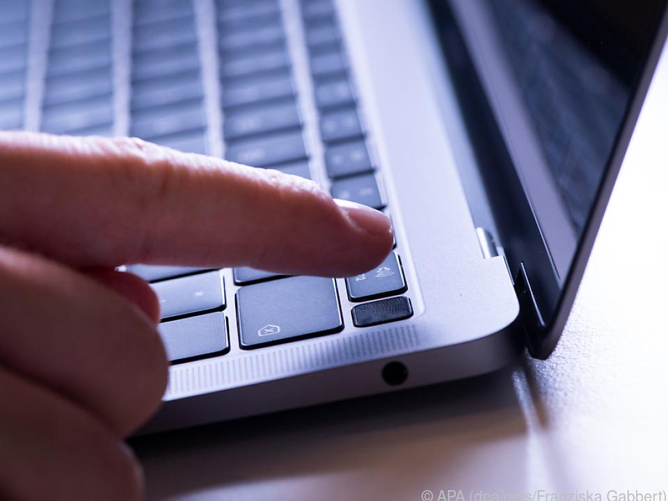 Der Fingerabdruckscanner schließt ganz oben rechts an die Tastatur an