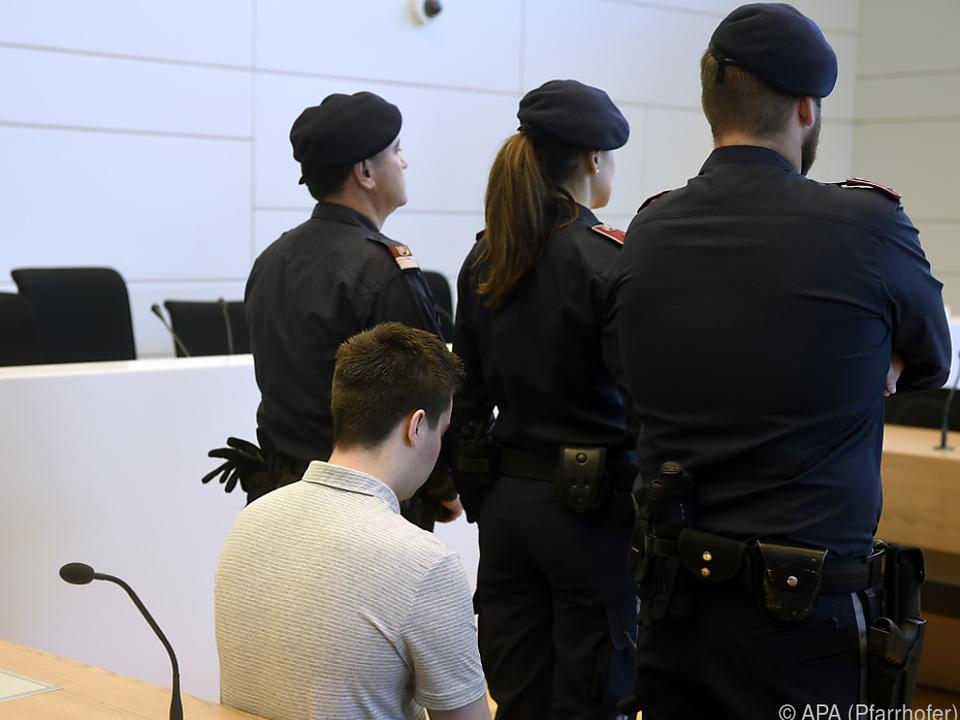 Der Angeklagte vor Prozessbeginn im Gerichtssaal