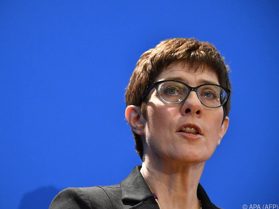 Die CDU-Generalsekräterin scheint Macrons Idee zu gefallen