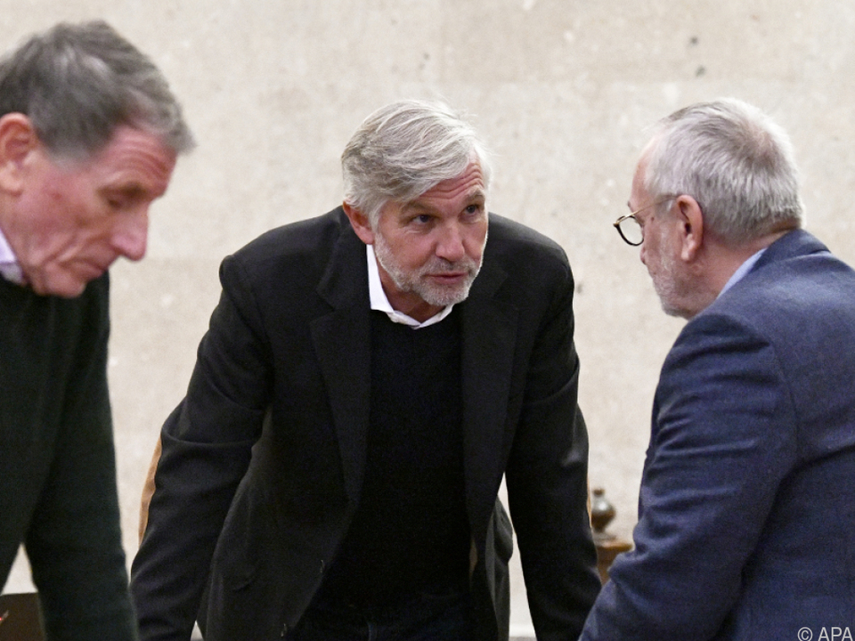 Die drei Angeklagten im Gerichtssaal