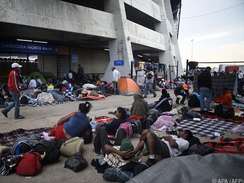 Die Migranten wurden in einem Fußballstadion untergebracht