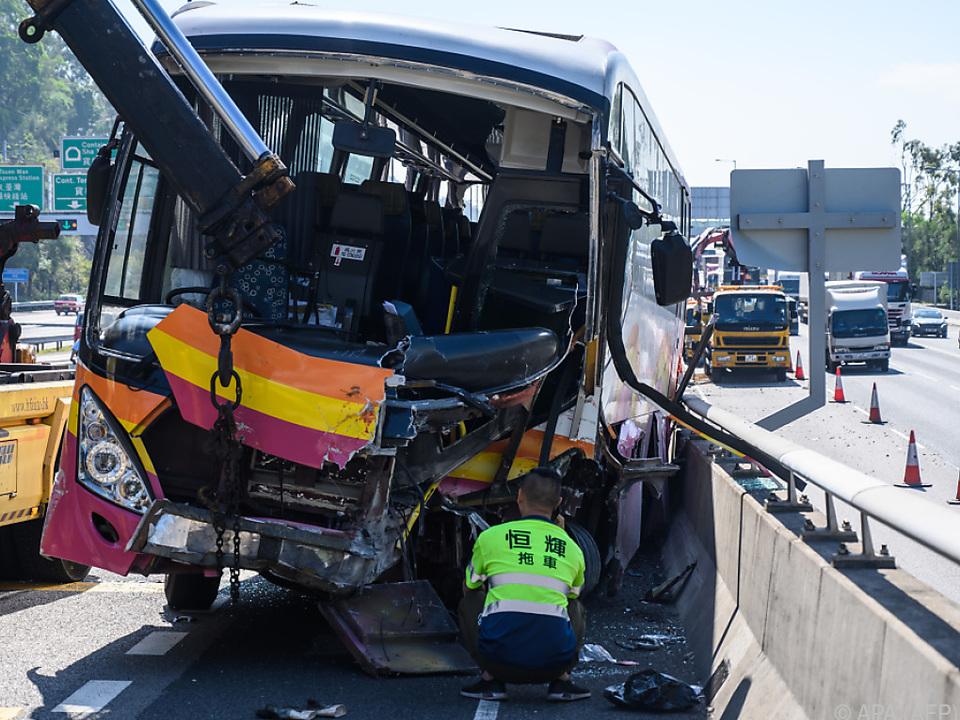 Die Vorderseite des Busses wurde teilweise abgetrennt