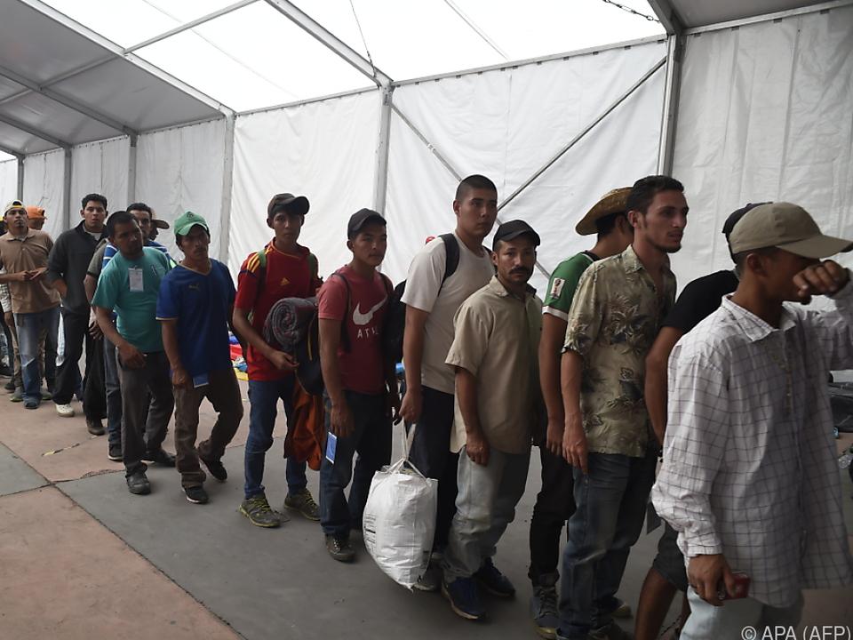Einige Migranten wollen bleiben, andere wollen weiter in die USA