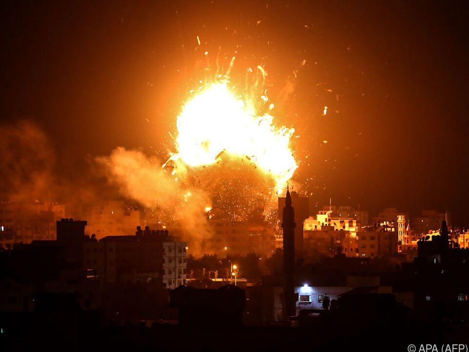 Explosion bei Luftangriff auf Hamas-Fernsehsender in Gaza