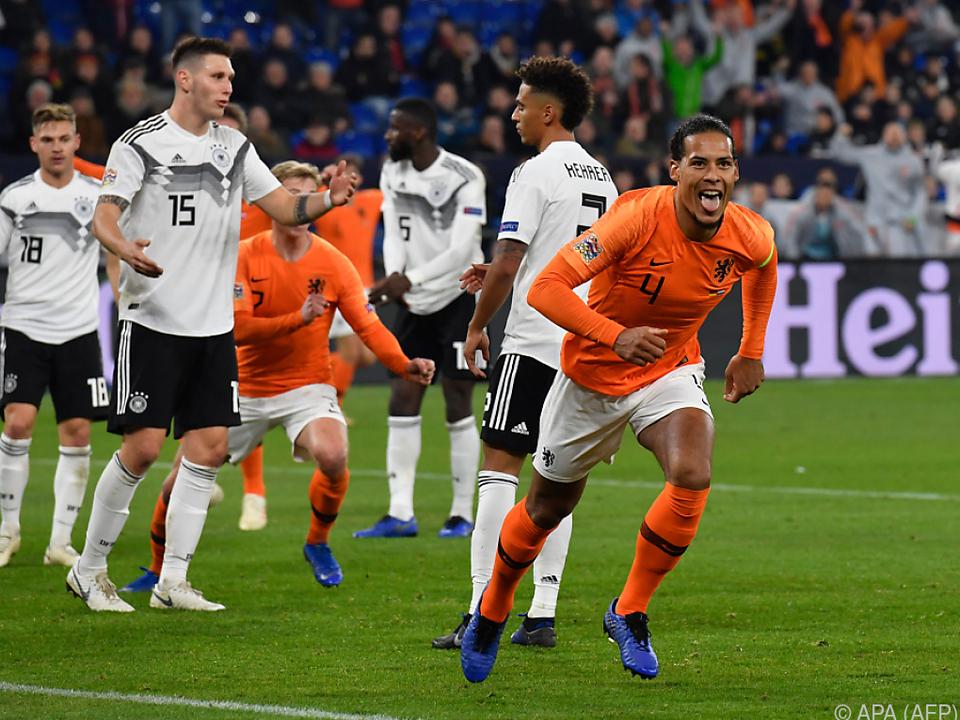 Fassungslose DFB-Spieler, jubelnder Toschütze Virgil van Dijk
