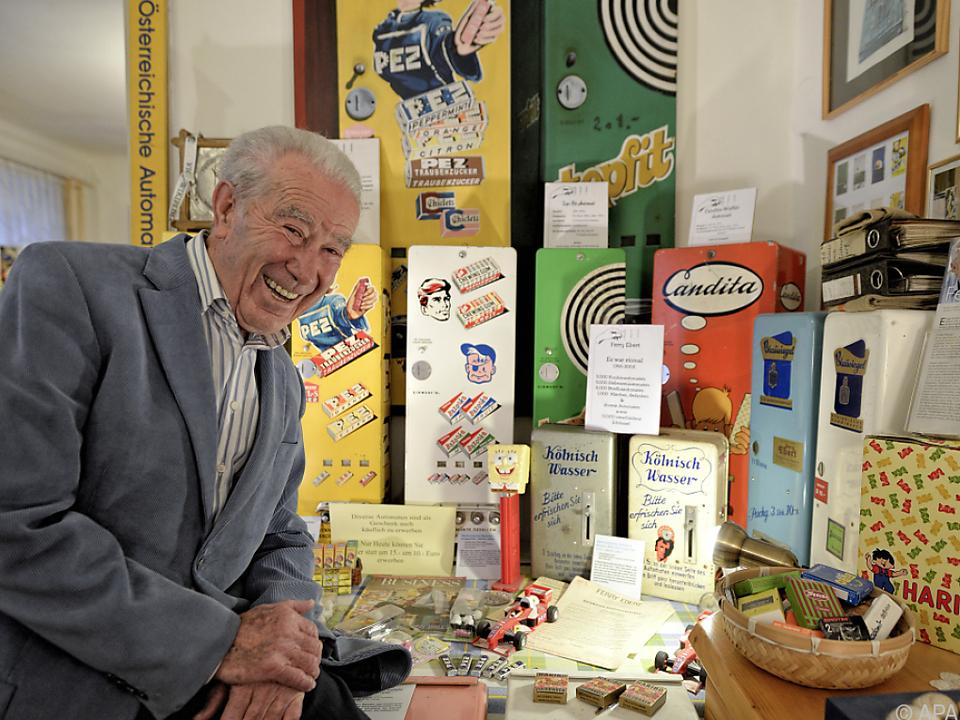 Ferry Ebert vor einigen seiner Automaten
