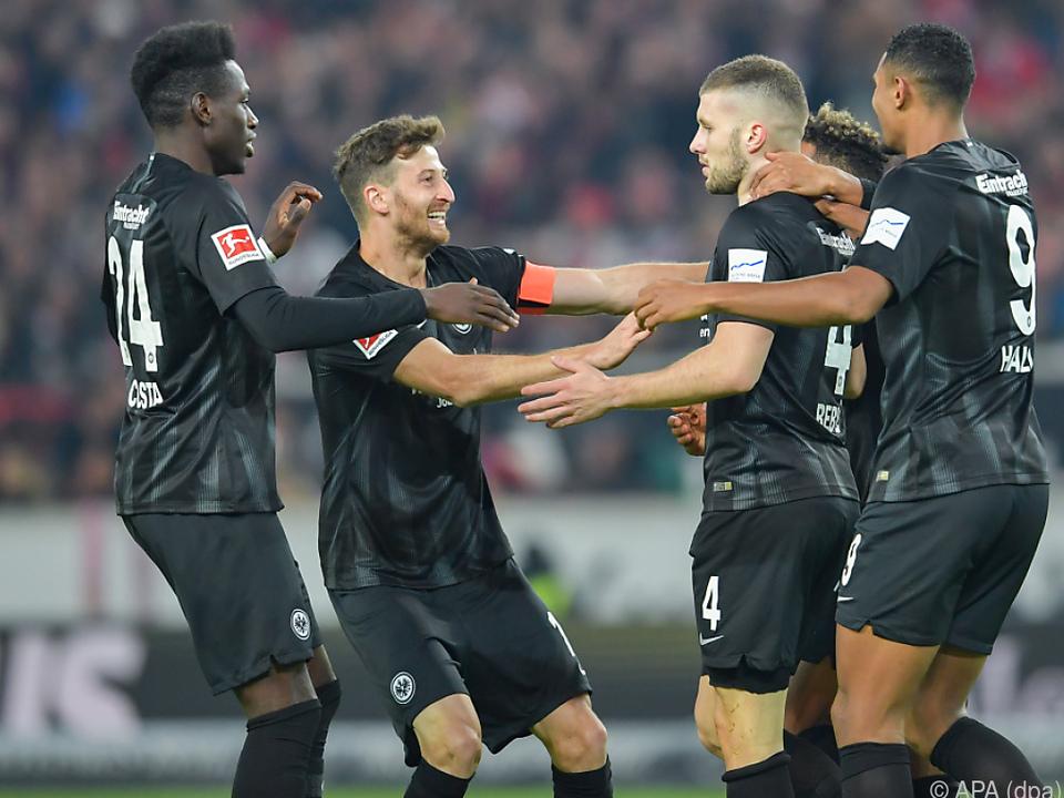 Frankfurt-Spieler bilden eine Jubeltraube