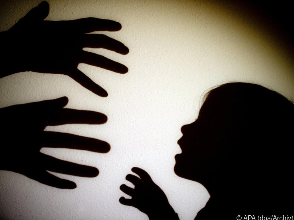 Gewalt an Frauen und Kindern soll ernster genommen werden