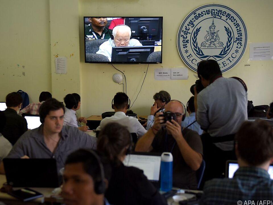 Journalisten beobachten die Urteilsverkündung in Kambodscha