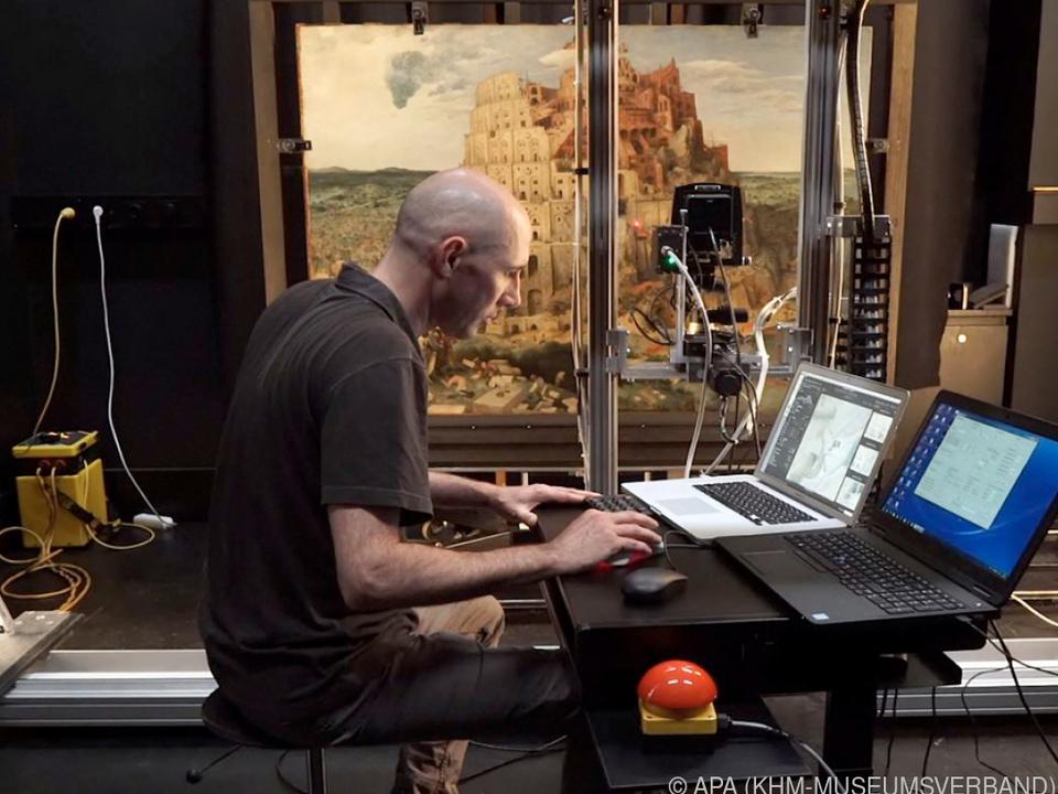 KHM-Mitarbeiter arbeitet an dem neuentwickelten Kamerasystem