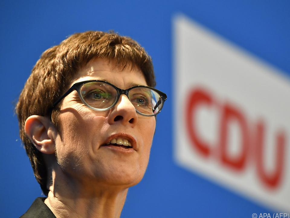Kramp-Karrenbauer will Merkel nachfolgen