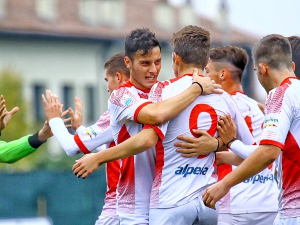 L\'esultanza biancorossa per il gol-vittoria di Mlakar nr. 9 contro la Pro Piacenza