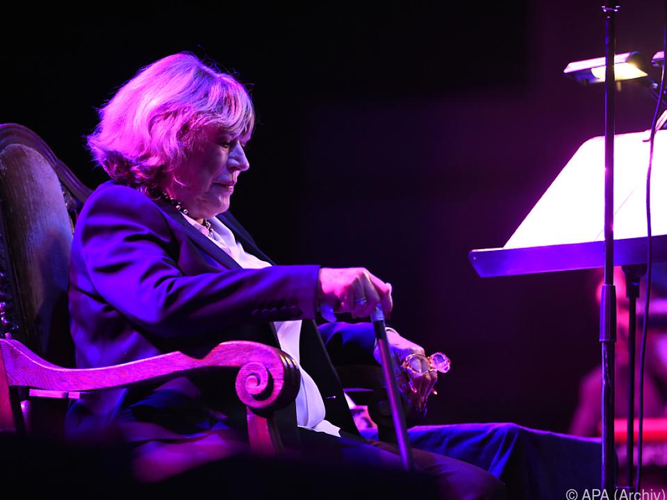 Marianne Faithfull mit Gehstock auf der Bühne