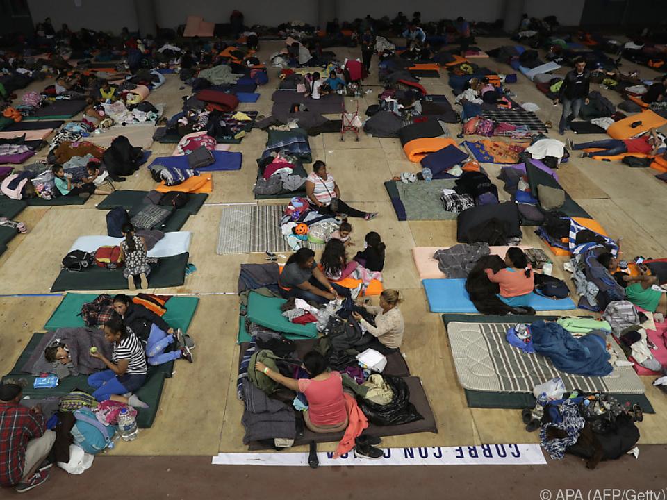 Migranten harren in Notunterkünften aus