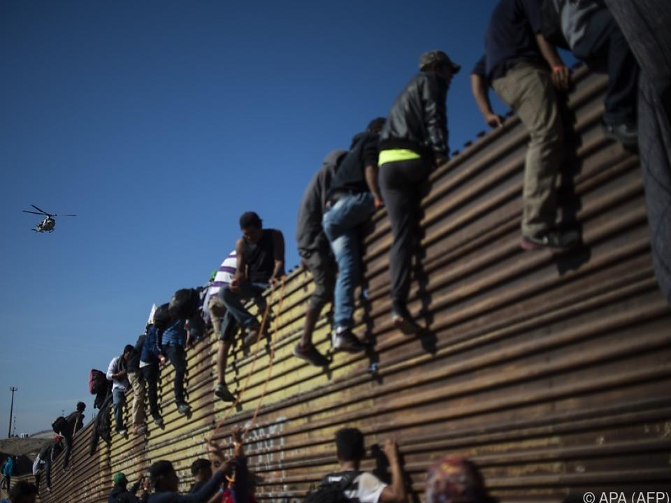 Migranten hatten versucht, den Grenzzaun in Richtung USA zu überwinden