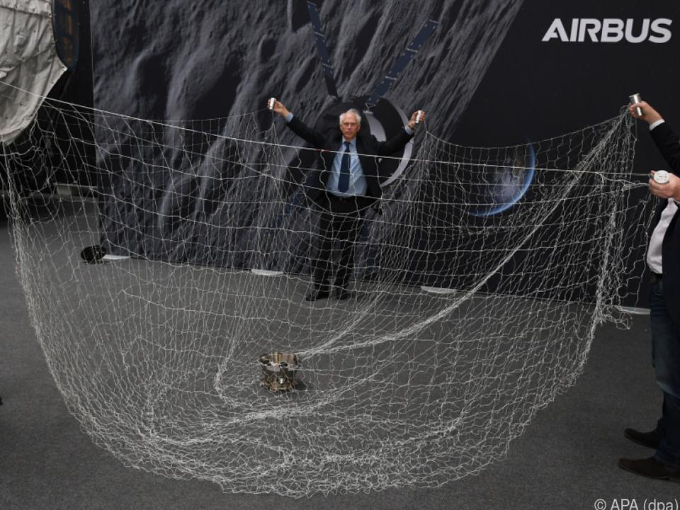 Netz soll Weltraumschrott einfangen