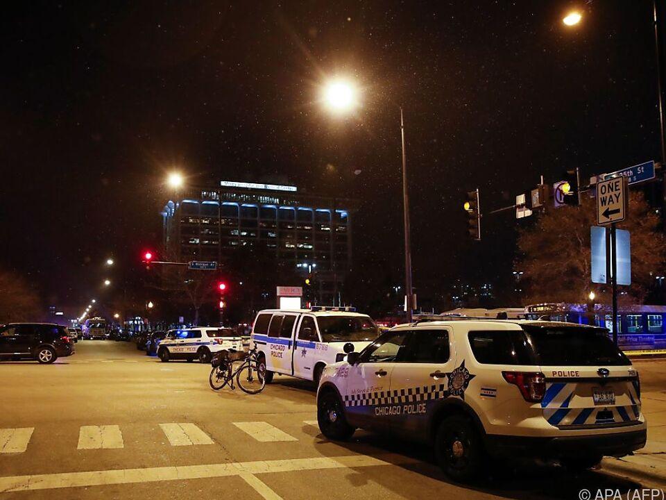 Polizei-Großaufgebot vor dem Chicago Mercy Hospital