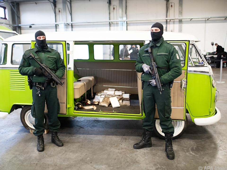 Präsentation der in Hamburg vom Zoll beschlagnahmten Drogen