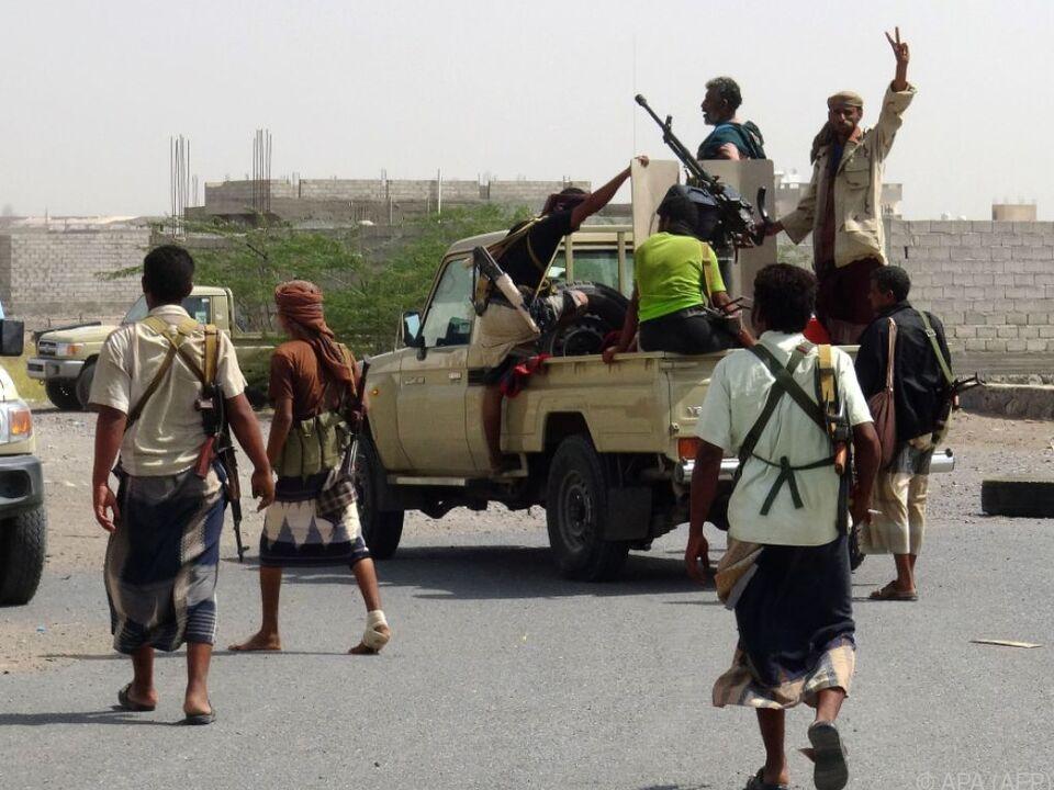 Regierungstruppen fahren durch ein Randgebiet der Stadt