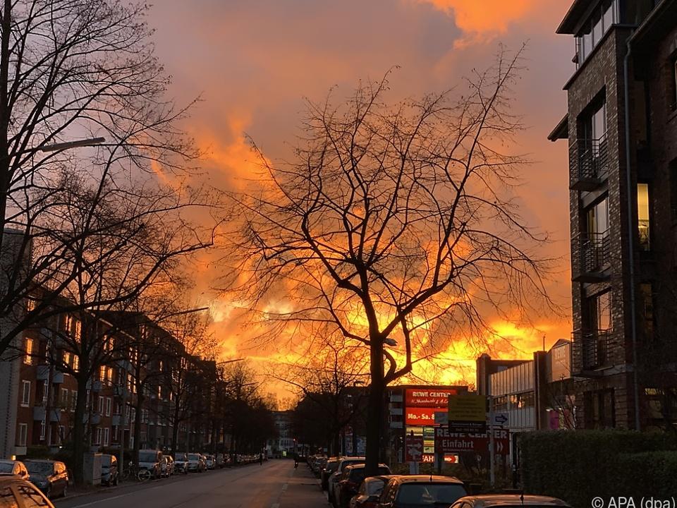 Sonnenuntergang in Hamburg wie ein Großfeuer