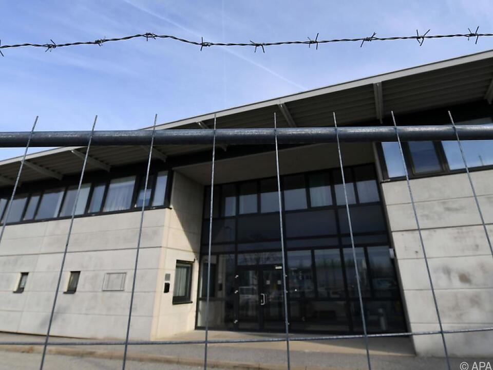Stacheldrahtzaun um Asyl-Quartier sorgt für Diskussionen